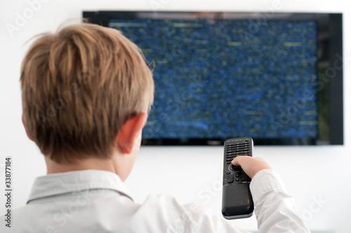 Junge schaut TV