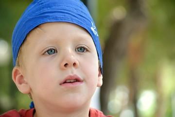 Bellissimo bambino con la bandana azzurra