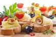 Käsehäppchen auf Holzplatte