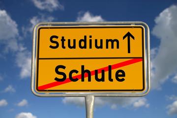 Deutsches Ortsschild Schule Studium