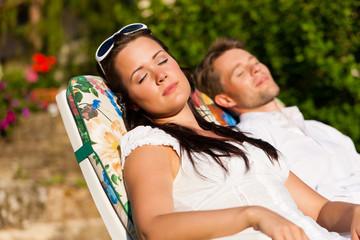 Paar ruht in einem Liegstuhl im Sommer