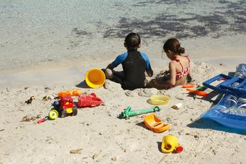 bimbi che giocana a mare in spiaggia