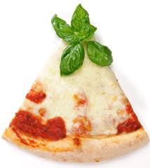 Fetta di pizza con basilico