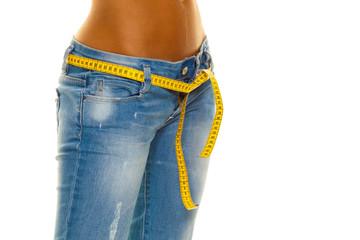 Schlanke Frau in Jeans mit Massband