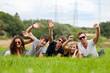 jubelnde gruppe liegt im gras