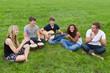 junge leute musizieren gemeinsam