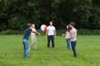 gruppe junger leute beim ballspielen