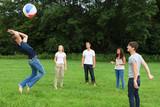 freunde spielen mit dem ball