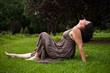 femme allongée dans la nature