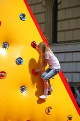 Mädchen beim Klettern an einer aufblasbaren Kletterwand
