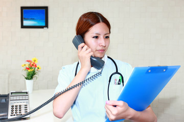 書類の確認をしている真剣な表情の看護士