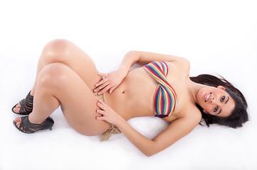 Mulher jovem com ar sensual e feliz com bikini colorido