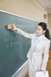 黒板を消す女教師