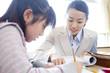 生徒に勉強を教える女教師