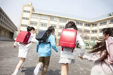 登校する小学生4人の後姿