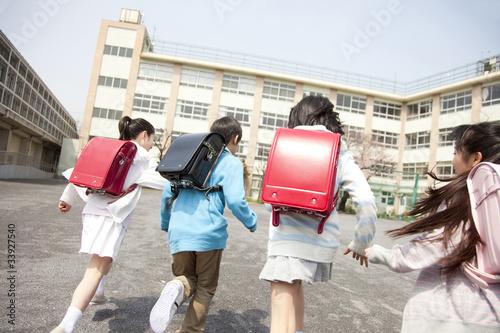 登校する小学生4人の後姿 Poster