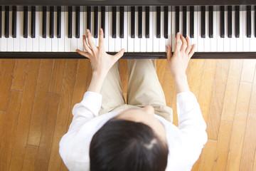 ピアノを弾く女性教師