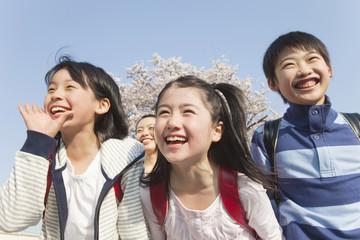 笑顔の小学生3人