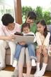 子供に本を読む父親と母親