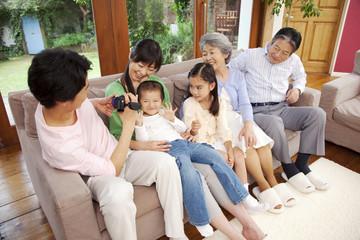 父親にビデオカメラで撮影される母と子供たち