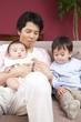 ソファに座る父親と子供達