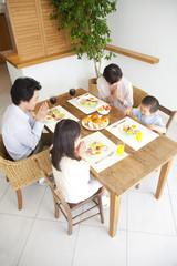 朝食をとる家族