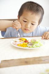 朝食を食べる男の子