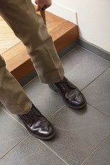 靴をはく男性
