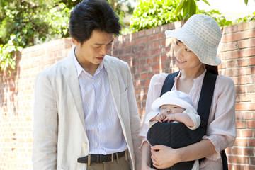 外出中の赤ちゃんと両親
