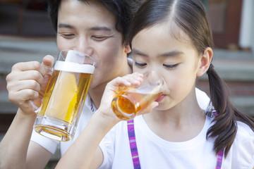 飲物を飲む父親と娘