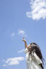 空を指差す女の子