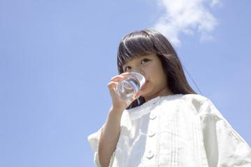 コップの水を飲む女の子