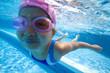 水中を泳ぐ水着姿の女の子