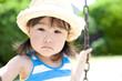 麦藁帽子をかぶった女の子のアップ