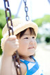 公園のブランコで遊ぶ女の子のアップ