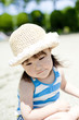 公園で遊ぶ麦藁帽子の女の子
