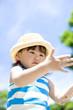 麦藁帽子をかぶった女の子