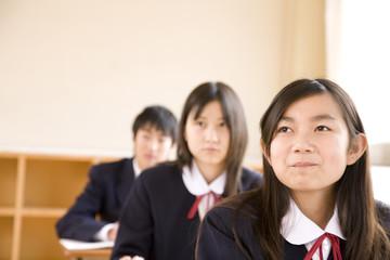 授業を受ける中学生男女
