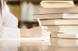 図書室で勉強する女子中学生の手元