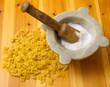 Pasta cruda con sale grosso nel mortaio