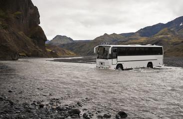 Bus durchquert Fluss