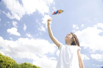 風車で遊ぶ女の子
