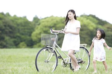 自転車をおす女性