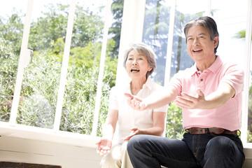 笑っている老夫婦
