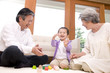 孫と積み木で遊ぶ祖父と祖母