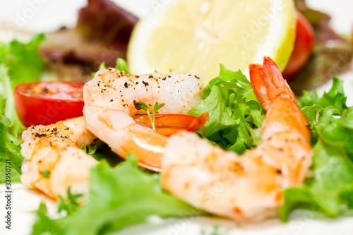 Leinwanddruck Bild Garnelen auf Salat