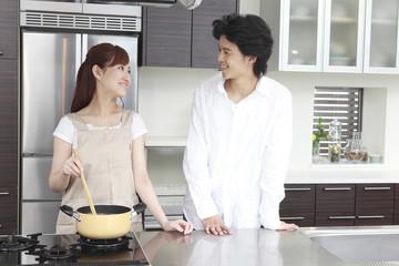 食事を一緒に作るカップル