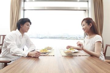 会話しながらランチを食べるカップル