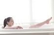 泡のお風呂で寛いでいる女性