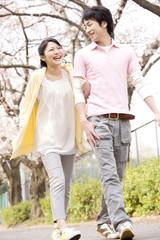 寄添いながら散歩をするカップル